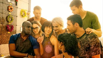 Imagem de uma cena da séria Sense8. Os personagens estão se abraçando carinhosamente.